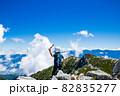 木曽駒ヶ岳の頂上で景色を見る男の子 82835277