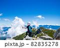 木曽駒ヶ岳の頂上で景色を見る男の子 82835278