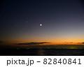 日没後に輝く金星と三日月 82840841