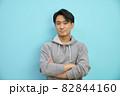 腕組をしてほほ笑む20代日本人男性 82844160