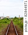 田舎を走る単線の線路 82844971