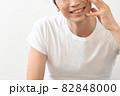 スキンケアをする笑顔の男性 82848000