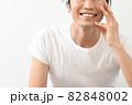 スキンケアをする笑顔の男性 82848002