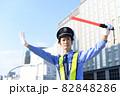 誘導棒を持つ交通誘導をするガードマンの男性 82848286