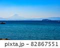 江の島と富士山と青空を葉山の海岸から見る景色 82867551