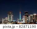 高層ビルの間に見えるクリスマスイルミネーションの東京タワー 82871190
