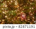 キラキラ光るクリスマスツリーのイルミネーションと飾り付け 82871191