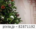 クリスマスツリーのアップと雪模様の背景 82871192