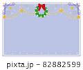 赤いリボンのリースとモール、星の飾りフレーム背景 クリスマス 82882599