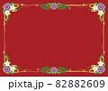 紫と白い花・赤い実のガーランドブーケ ボーダーフレーム赤色背景 82882609