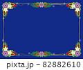 紫と白い花・赤い実のガーランドブーケ ボーダーフレーム青色背景 82882610