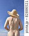 夏の海岸でストローハットの女性のヌードを撮影 82886521