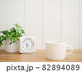 テーブルの上のコーヒーカップと時計 82894089