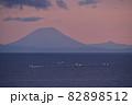 北海道八雲町落部でホタテ漁船と羊蹄山の夜明けの風景を撮影 82898512
