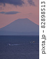 北海道八雲町落部でホタテ漁船と羊蹄山の夜明けの風景を撮影 82898513