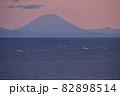 北海道八雲町落部でホタテ漁船と羊蹄山の夜明けの風景を撮影 82898514