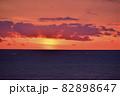 北海道八雲町落部でホタテ漁をする漁船の夜明けの風景を撮影 82898647