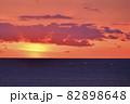 北海道八雲町落部でホタテ漁をする漁船の夜明けの風景を撮影 82898648