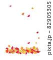 紅葉した落ち葉のポストカード 82905305