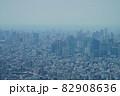 猛暑日の遠くが霞んでいる東京スカイツリーからの眺め 82908636