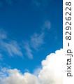 真っ青な空と真っ白な雲のきれいな空 82926228