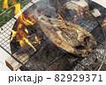 炭火でホッケを焼く 82929371