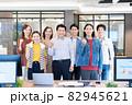 カジュアルなオフィスに立つ男女7人のポートレート 撮影協力:WEEK芝大門(サンフロンティア不動産) 82945621