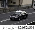 市街地のタクシー 82952854
