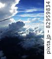 飛行機から見た青空と雲 82959834