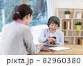 介護保険認定調査を受けるシニア女性 82960380
