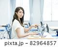 ノートパソコンを指さす若い女性 撮影協力:中央工学校付属日本語学校 82964857