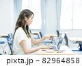 ノートパソコンを指さす若い女性 撮影協力:中央工学校付属日本語学校 82964858