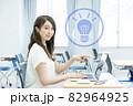 ノートパソコンを指さす若い女性 撮影協力:中央工学校付属日本語学校 82964925