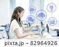 ノートパソコンを指さす若い女性 撮影協力:中央工学校付属日本語学校 82964926