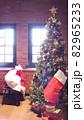 窓辺のクリスマスツリーと赤い靴下 82965233