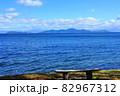 滋賀県大津市 湖岸緑地からの琵琶湖眺望 琵琶湖と対岸と青空 82967312