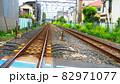 住宅街を通る線路の風景 82971077
