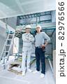 建築現場の現場監督と大工さん2人のポートレート 82976566