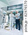 建築現場の現場監督と大工さん2人のポートレート 82976570