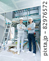 建築現場の現場監督と大工さん2人のポートレート 82976572
