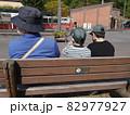 ベンチに座る親子(後ろ姿) 82977927