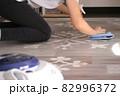 床を拭き掃除する女性 82996372