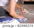 床を拭き掃除する女性 82996374