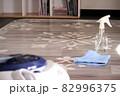 床を拭き掃除する女性 82996375