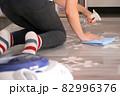 床を拭き掃除する女性 82996376