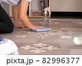 床を拭き掃除する女性 82996377