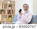 スマートフォンを使うシニア男性 83000747