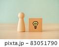 電球マークの積み木と人形 83051790