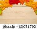 木の板と紅葉 83051792