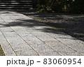 参道の石畳と鎮守の森の木陰 83060954